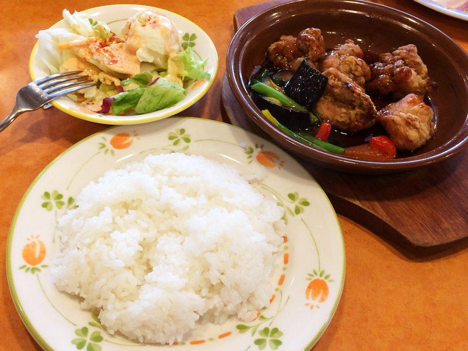 「サイゼリア名西康生通店」の鶏肉のオーブン焼きランチとバッファローモッツァレラのピザ @康生通