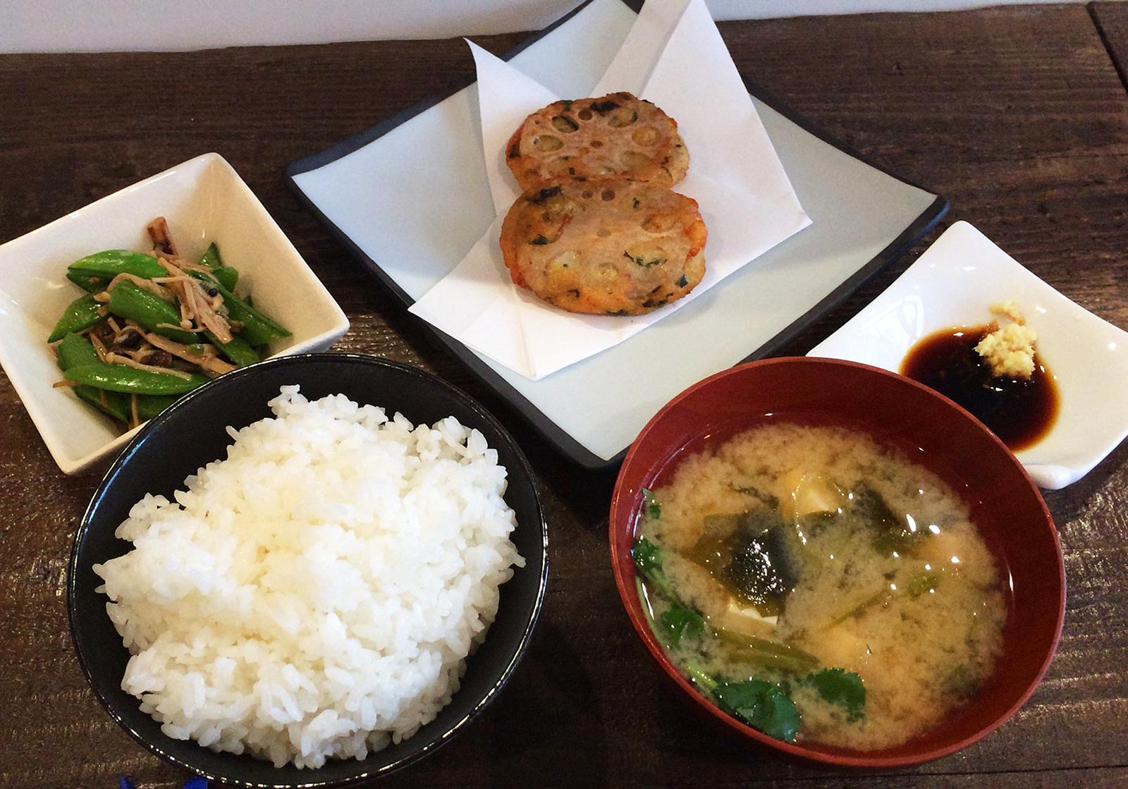 「ごはんや ぎん」の自家製さつま揚げとスナップえんどうのキノコ炒め @野間町