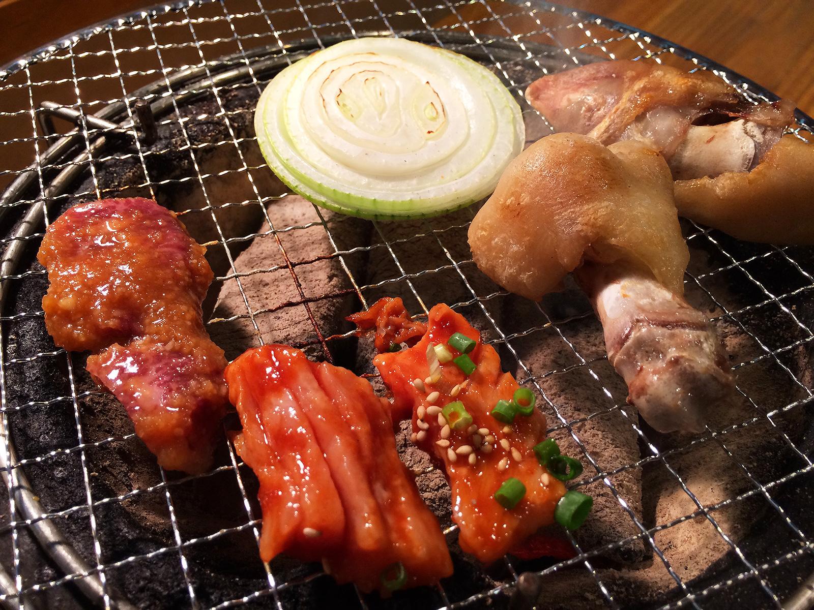 焼肉・ホルモン さらえ亭」のにんにくハラミと豚足とクッパ