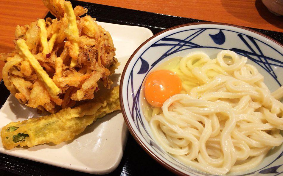 「丸亀製麺 稲沢店」の釜玉うどんとかき揚げ @稲沢