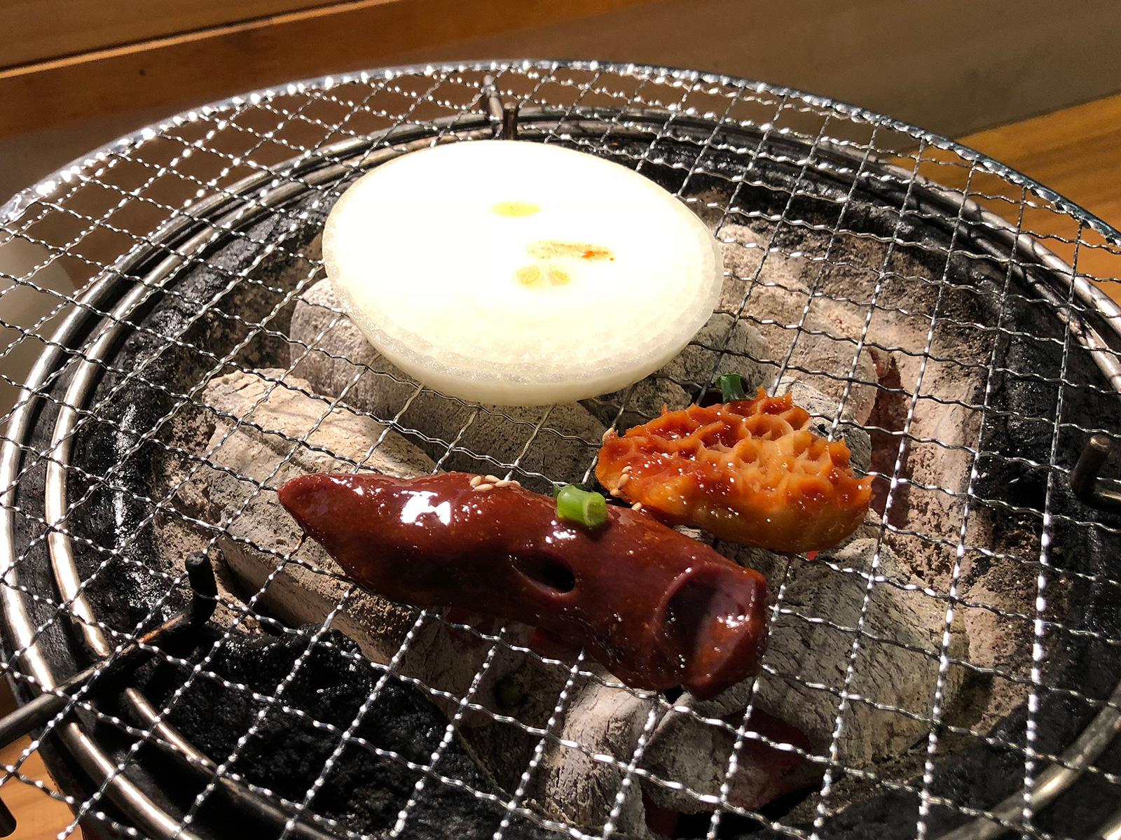 「炭火焼肉・ホルモン さらえ亭」のハチノスとレバーと辛口とんちゃん @清須市下小田井