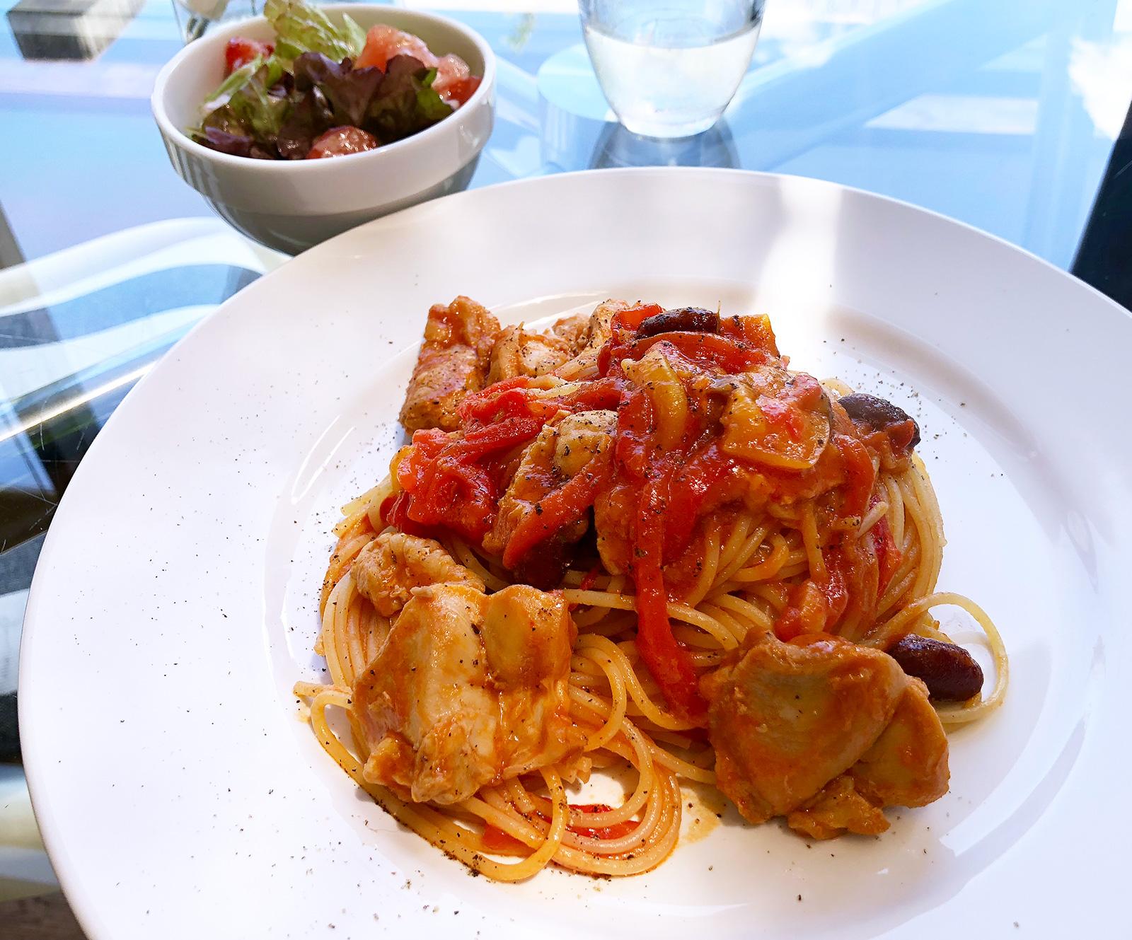「?」のチキンとパプリカのトマトソースパスタ @下小田井
