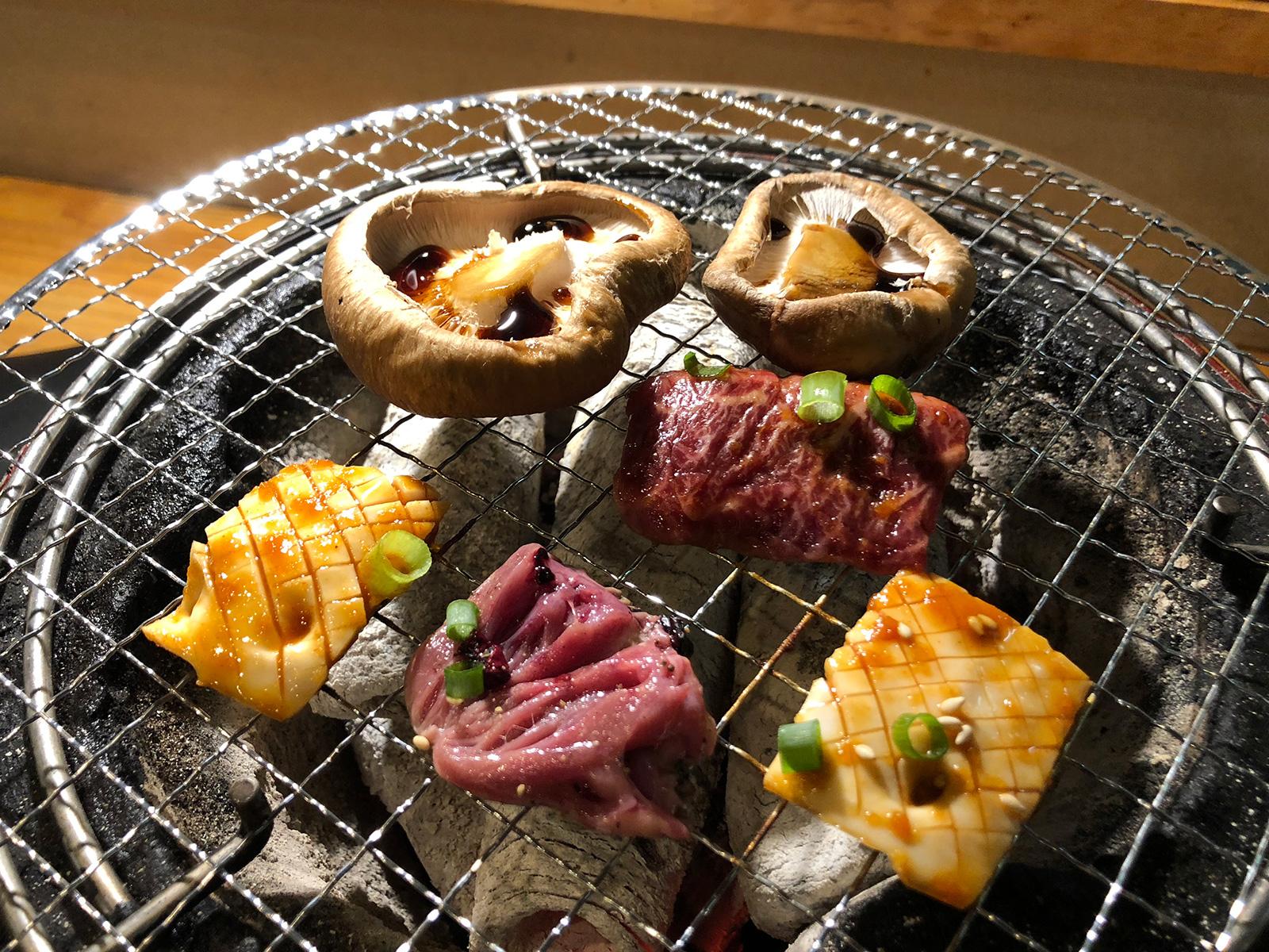 「さらえ亭」の鶏ハツとしいたけとハラミ @清須市下小田井