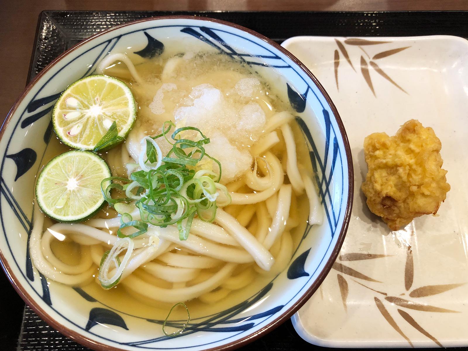 「丸亀製麺 名古屋丸の内店」のすだちおろし冷やかけうどんと鶏天 @丸の内