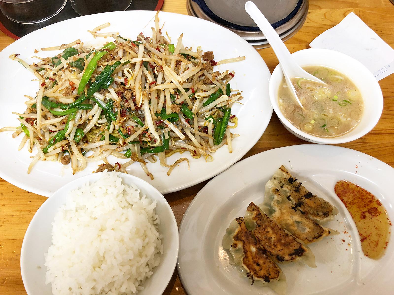 「中華料理 人生餃子」の皿台湾と餃子 @昭和橋