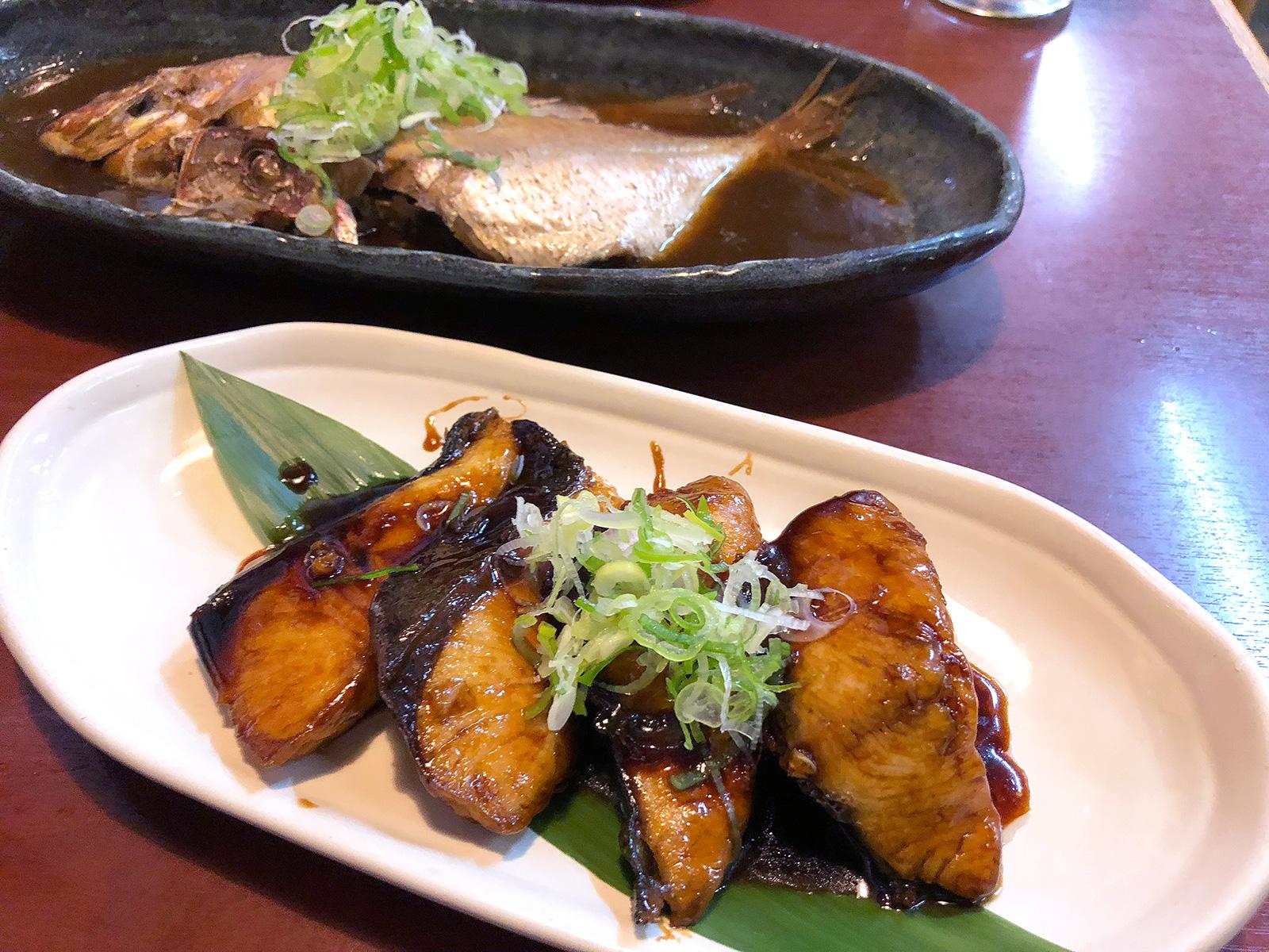 「まる重」の豆鯛の煮付けとブリ照り @北区中切町