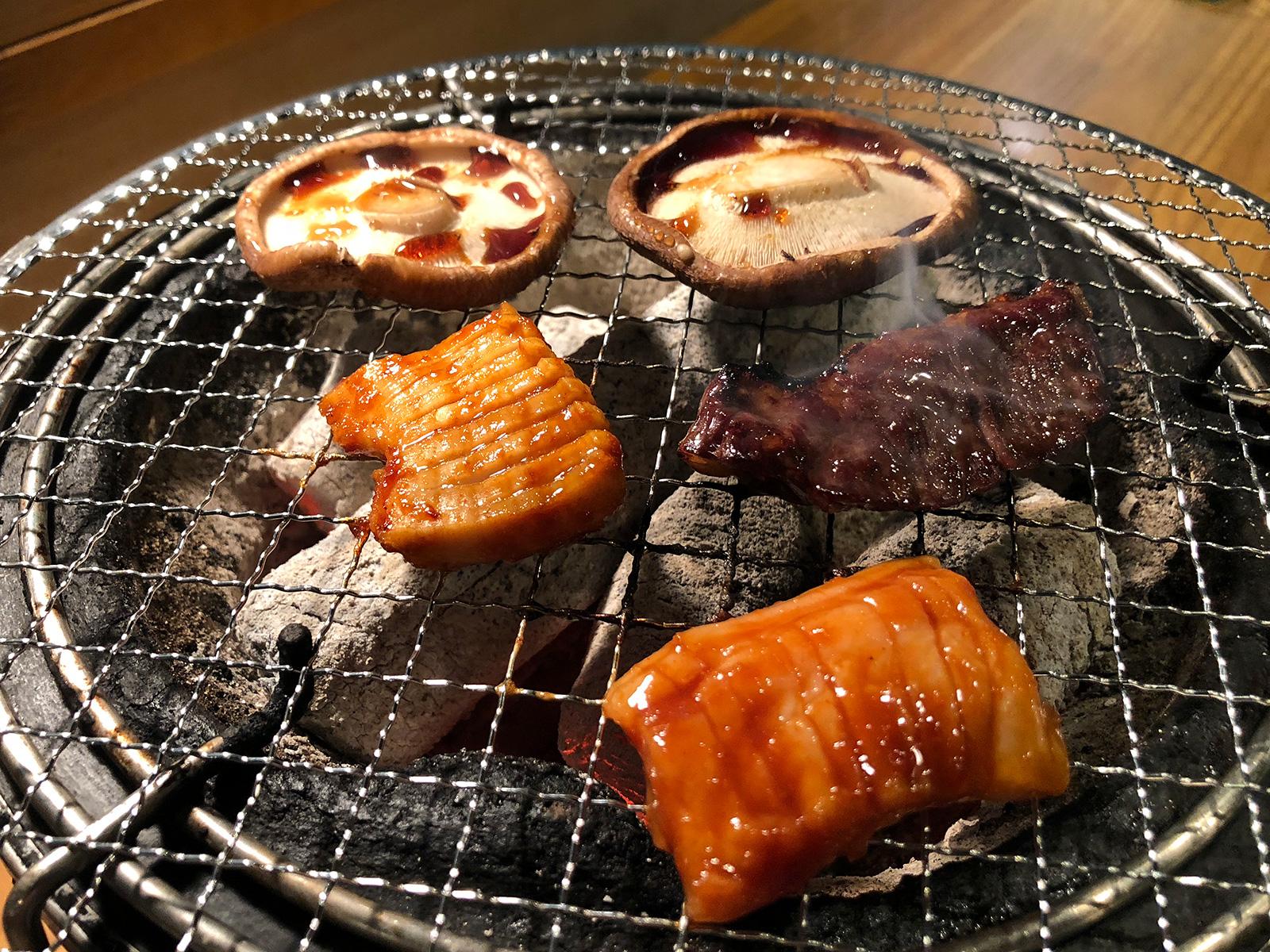 「炭火焼肉・ホルモン さらえ亭」のハラミと椎茸とテールクッパ  @清須市下小田井