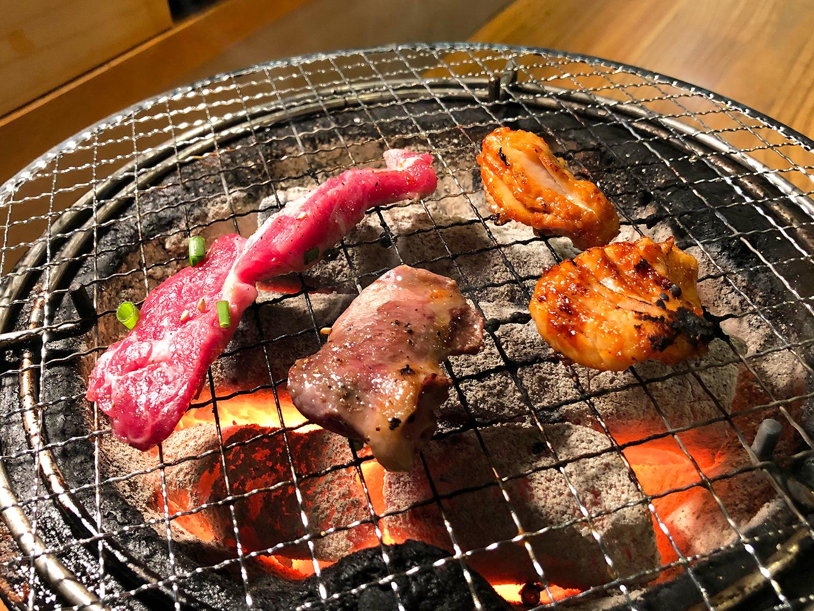 「炭火焼肉・ホルモン さらえ亭」の鶏ハツとラム肉とハラミと椎茸  @清須市下小田井