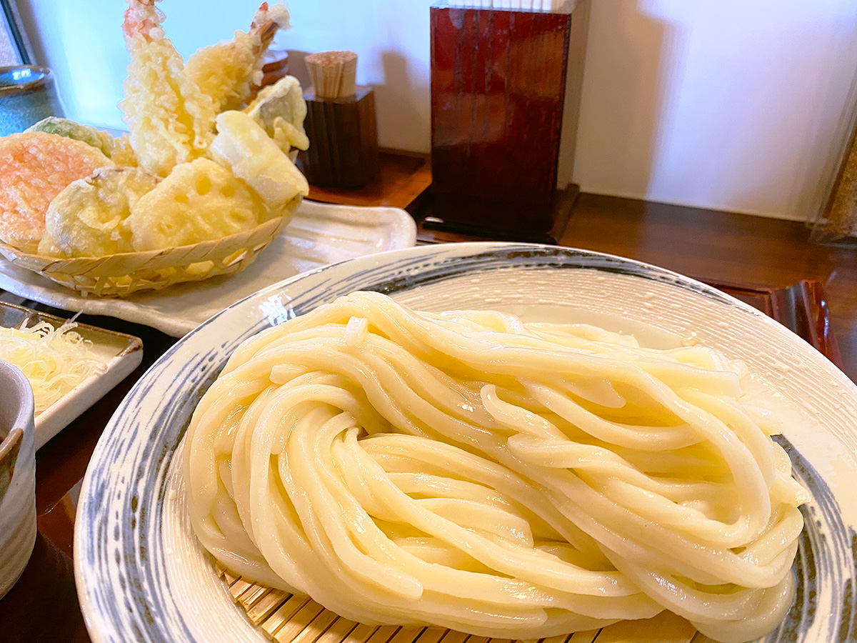 「よし㐂」の冷やしざるうどんと天ぷら盛り合わせ @一宮市