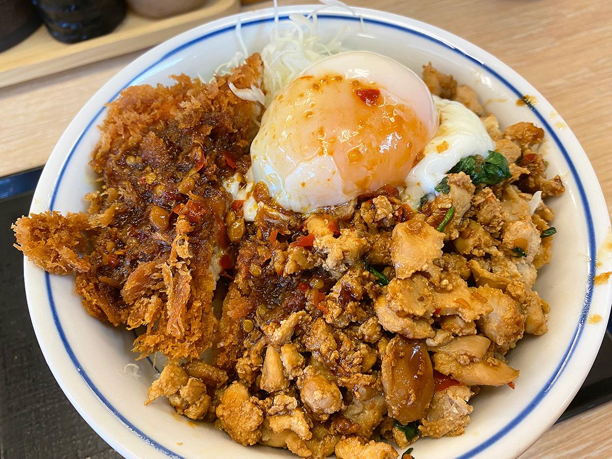 「かつや」の鶏ガパオチキンカツ丼
