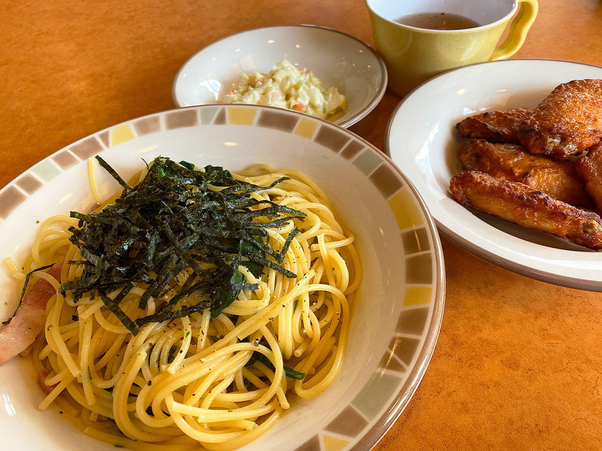 「サイゼリヤ」のほうれん草のスパゲティと辛味チキン